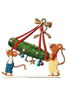 Mäuse tragen Adventskranz zum Stellen